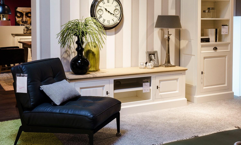 Wohnzimmer mit Schrankwand und Sessel
