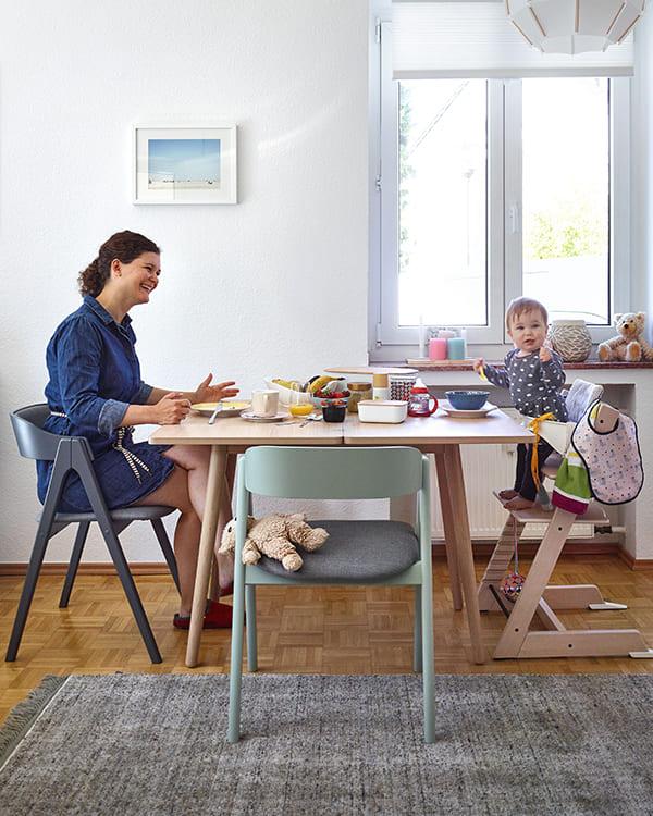 Mutter und Kind am Esstisch Henri von Raumfreunde
